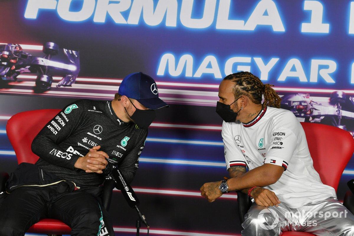 Valtteri Bottas, Mercedes, eLewis Hamilton, Mercedes, in conferenza stampa