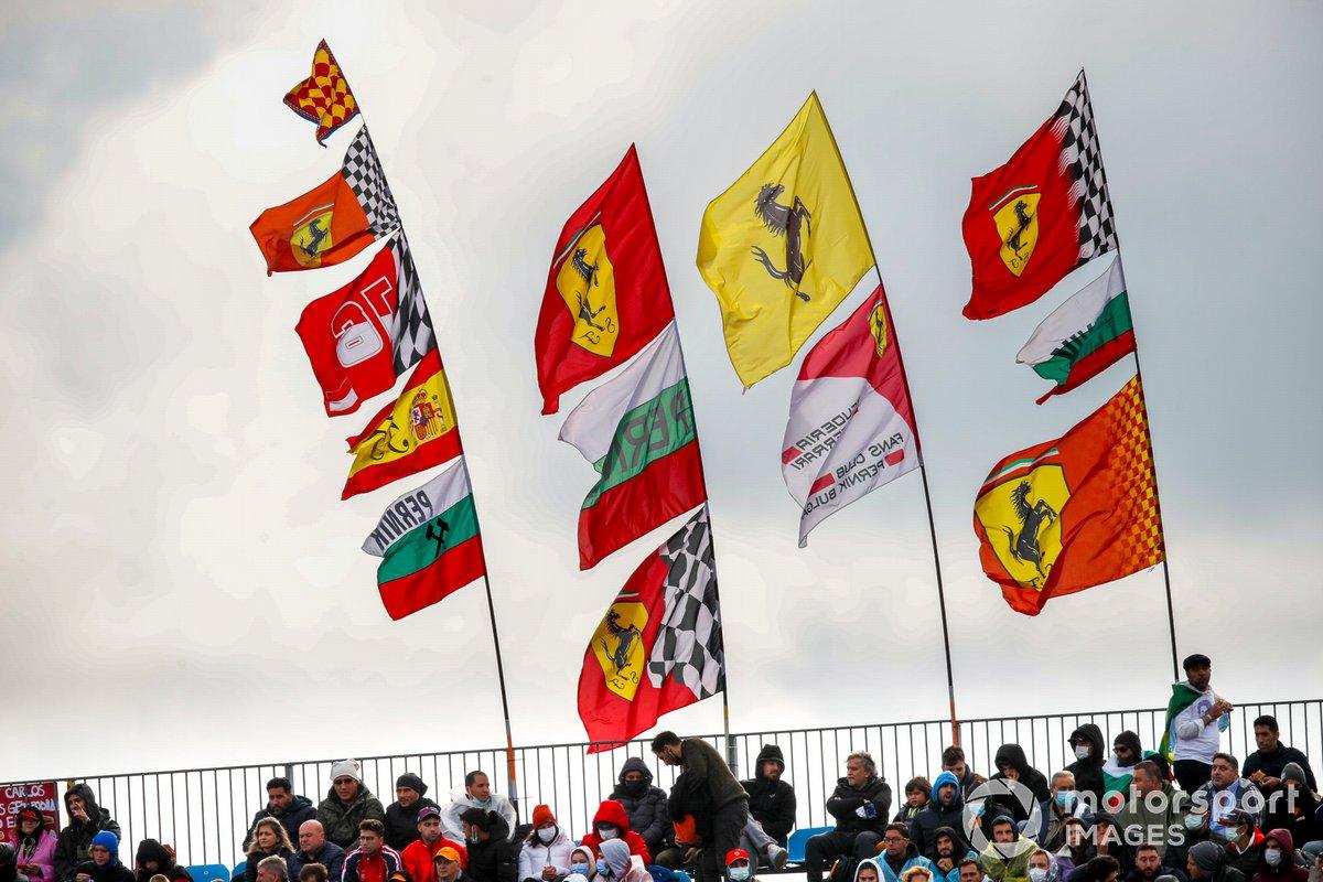 Bandiere a supporto della Ferrari