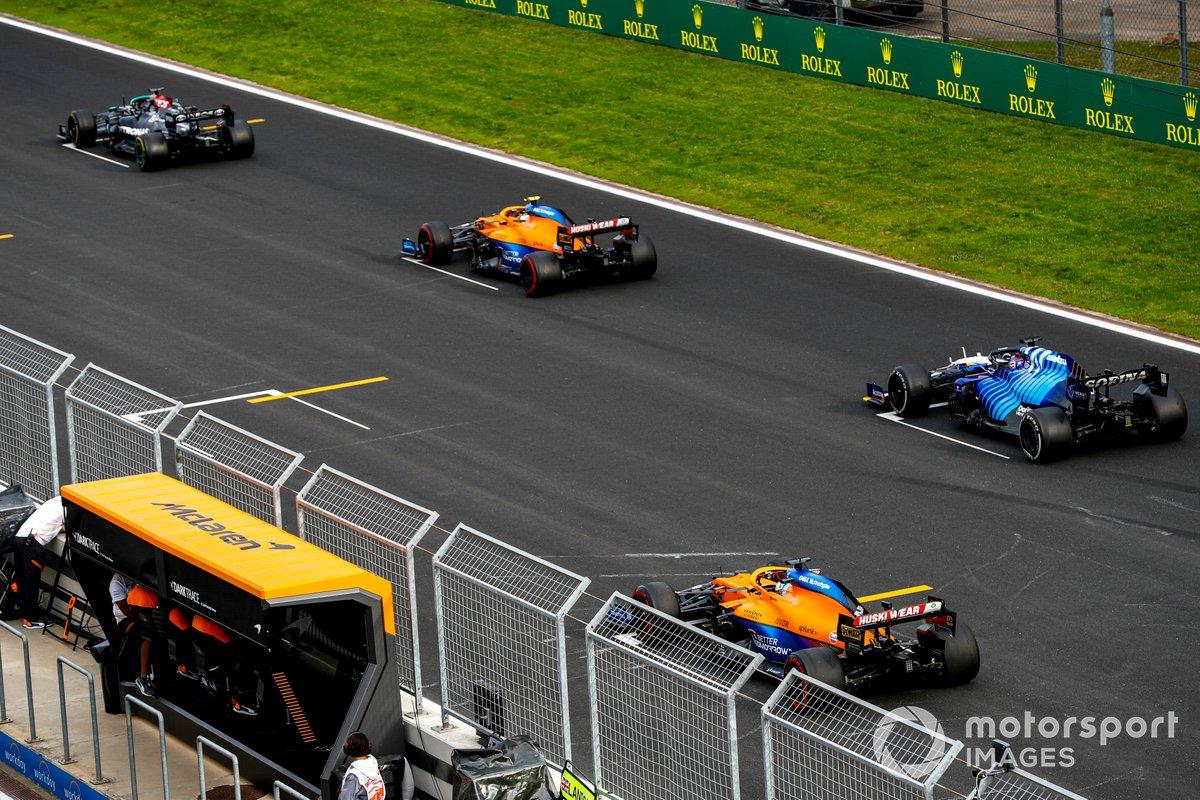 Lewis Hamilton, Mercedes W12, Lando Norris, McLaren MCL35M, George Russell, Williams FW43B, Daniel Ricciardo, McLaren MCL35M, practican una arrancada