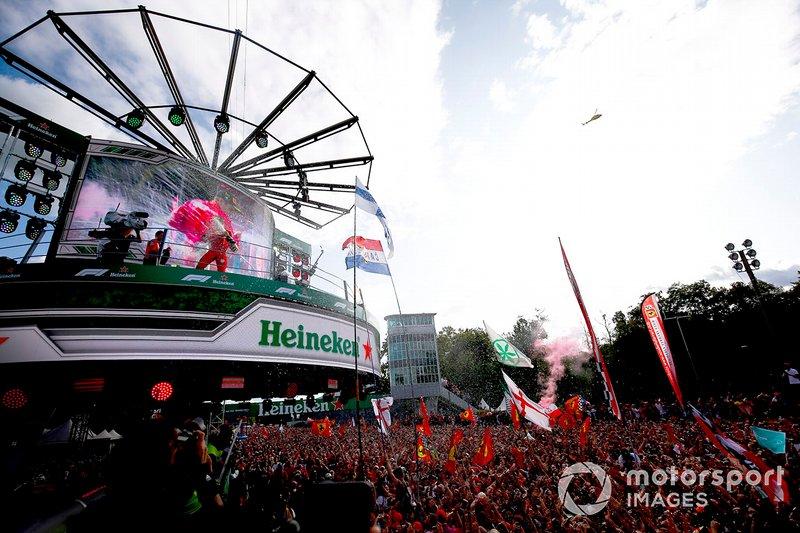 Podio: ganador de la carrera Charles Leclerc, Ferrari celebra con el trofeo