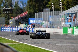 Lewis Hamilton, Mercedes AMG F1 W10 et Charles Leclerc, Ferrari SF90