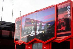 Autocaravana Ferrari en el paddock con logo de los 90 años de la marca