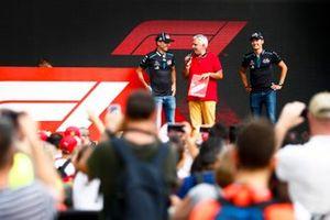 Robert Kubica, Williams Racing e George Russell, Williams Racing sul palco nella fan zone