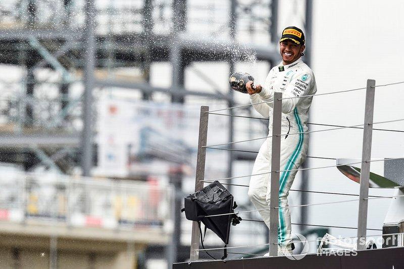 Il vincitore Lewis Hamilton, Mercedes AMG F1, festeggia sul podio