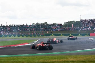 Sebastian Vettel, Ferrari SF90 na achterop Max Verstappen, Red Bull Racing RB15, te zijn gereden
