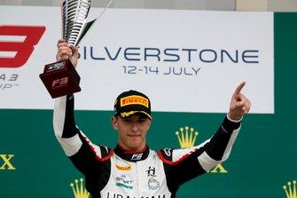 Racewinnaar Leonardo Pulcini, Hitech Grand Prix op het podium