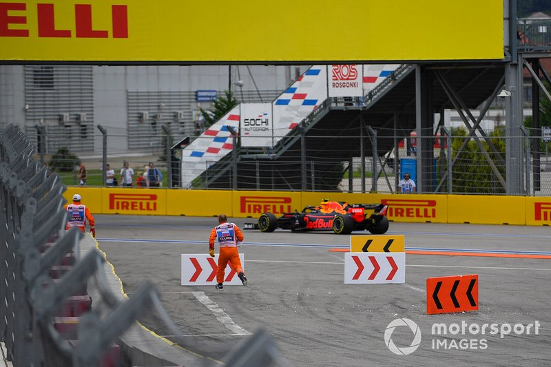 Marshal al lavoro, mentre passa Alex Albon, Red Bull RB15