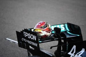 The helmet of Lewis Hamilton, Mercedes AMG F1 W10, on his rear wing after Qualifying