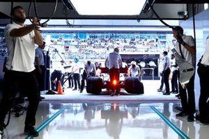 Lewis Hamilton, Mercedes AMG F1 W10, est ramené au garage