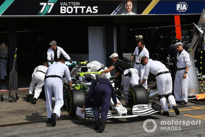 Valtteri Bottas, Mercedes AMG W10, viene riportato nel garage