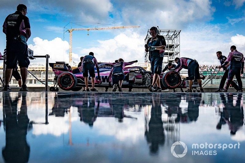 Sergio Perez, Racing Point RP19, fuera del garaje con mecánicos de Racing Point