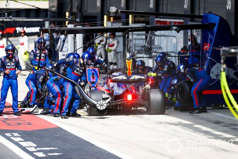 Daniil Kvyat, Toro Rosso STR14, entra nei box per uno stop