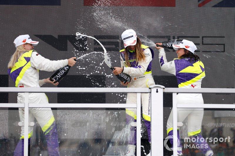 Podio: Ganadora de la carrera Marta García, segundo lugar Beitske Visser, tercer lugar Jamie Chadwick