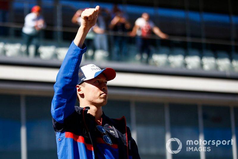 Daniil Kvyat, Toro Rosso, saluta i fan