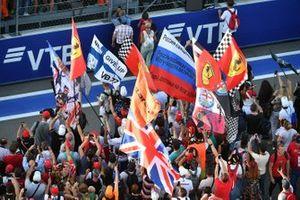 Les fans envahissent le circuit en fin de course