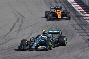 Valtteri Bottas, Mercedes AMG W10, devant Carlos Sainz Jr., McLaren MCL34