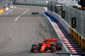 Charles Leclerc, Ferrari SF90, devant Lewis Hamilton, Mercedes AMG F1 W10