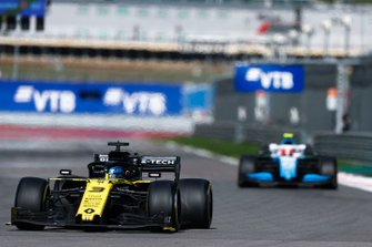 Daniel Ricciardo, Renault F1 Team R.S.19, leads Robert Kubica, Williams FW42