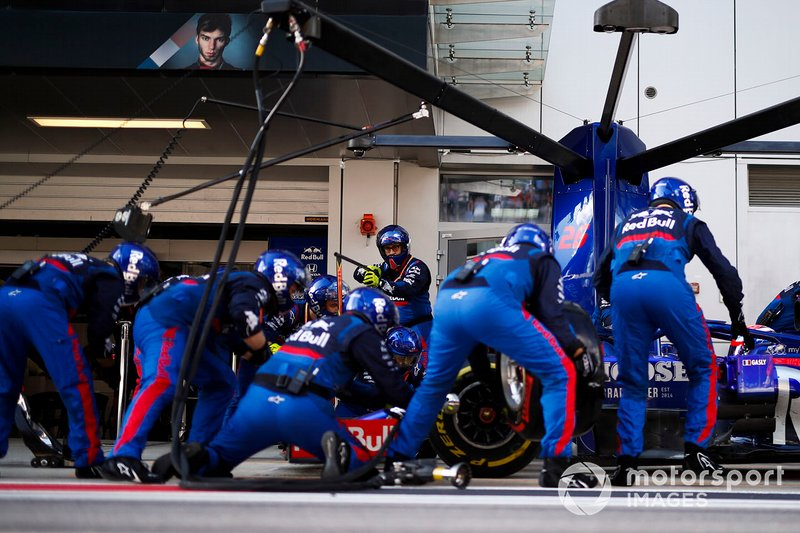 Pierre Gasly, Toro Rosso STR14, comes in for a stop