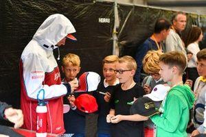 Kimi Raikkonen, Alfa Romeo Racing, con fans