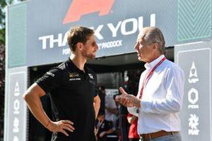 Romain Grosjean, Haas F1, habla con su manager Martin Reiss