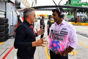 Jean Alesi est interviewé par Karun Chandhok, Sky Sports F1