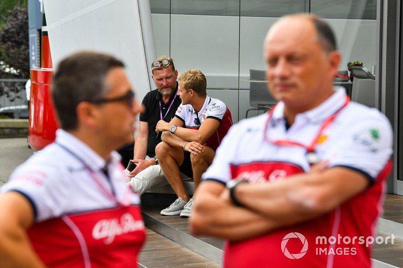 Marcus Ericsson, pilota di riserva, Alfa Romeo Racing, dietro a Frederic Vasseur, Team Principal, Alfa Romeo Racing