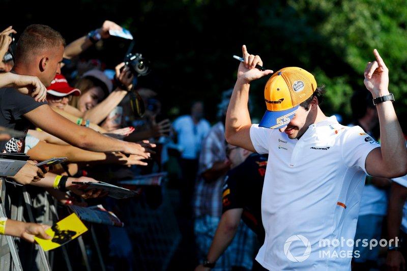 Carlos Sainz Jr. y McLaren con los fans en la sesión de autógrafos