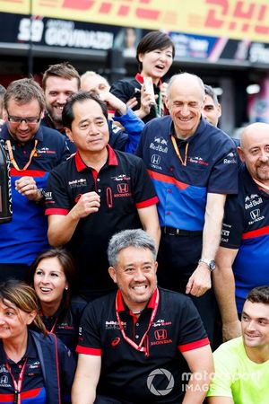 Toyoharu Tanabe, F1 Technical Director, Honda, Franz Tost, Team Principal, Toro Rosso, Masashi Yamamoto, General Manager, Honda Motorsport, and the Toro Rosso team celebrate a podium finish