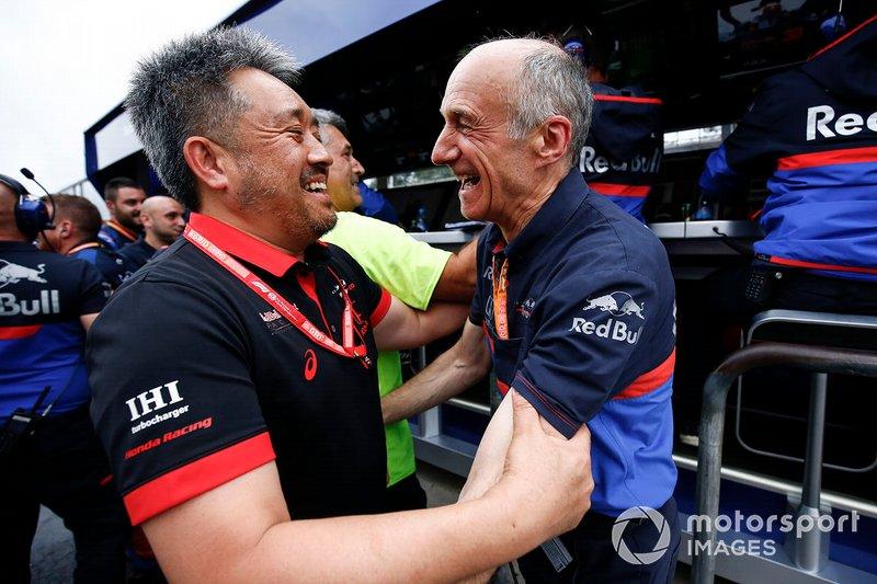 Masashi Yamamoto, General Manager, Honda Motorsport, e Franz Tost, Team Principal, Toro Rosso, festeggiano il podio