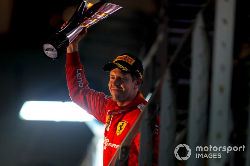 Il vincitore della gara Sebastian Vettel, Ferrari festeggia con il trofeo