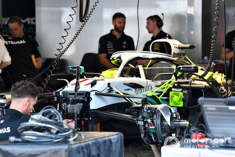 La Mercedes AMG F1 W10 dans le garage avec sa nouvelle livrée