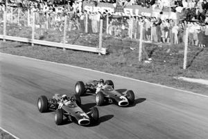 Jackie Stewart, BRM P261, primo classificato, precede Graham Hill, BRM P261