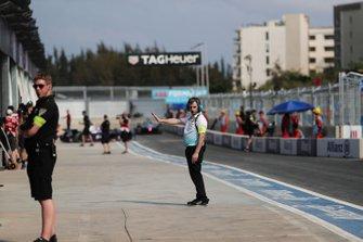 Un miembro del equipo de NIO mira hacia el pit lane
