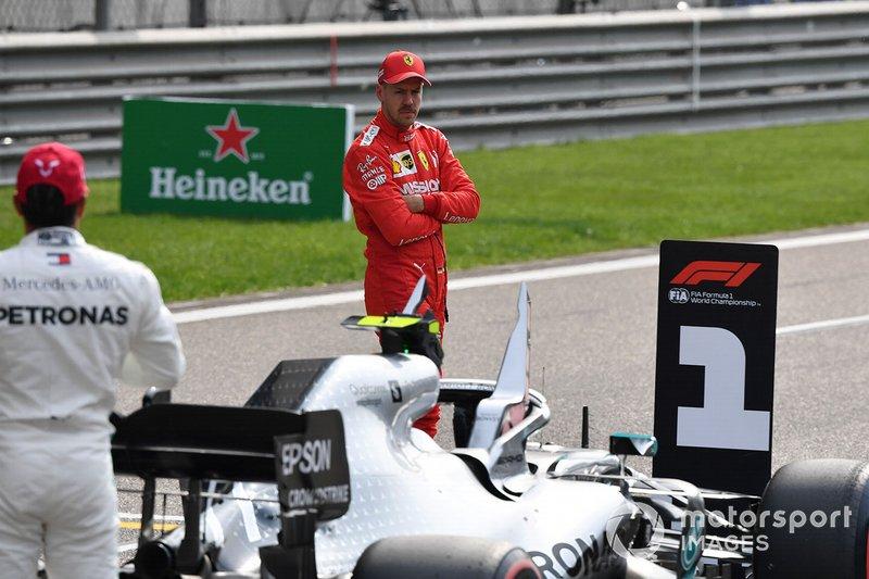 Lewis Hamilton, Mercedes AMG F1, e Sebastian Vettel, Ferrari, in griglia