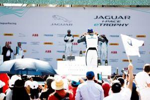Il vincitore PRO AM Bandar Alesayi, Saudi Racing va verso il podio