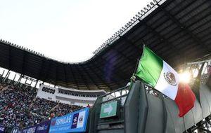 Un tifoso sventola una bandiera messicana in tribuna