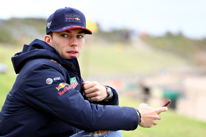 Pierre Gasly, Red Bull Racing, si prepara per fare surf