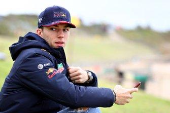 Pierre Gasly, Red Bull Racing, se prépare à aller surfer