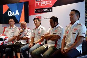 Executive General Manager PT Toyota-Astra Motor, Franciscus Soerjopranoto, Direktur Toyota Team Indonesia Memet Djumhana, Rio Haryanto, Haridarma Manoppo dan Demas Agil