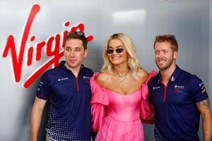 La cantante Rita Ora con Robin Frijns, Envision Virgin Racing, Sam Bird, Envision Virgin Racing