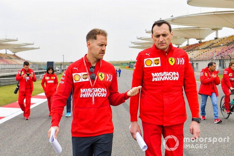 Sebastian Vettel, Ferrari, ispeziona il circuito con il suo team