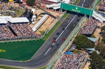 Valtteri Bottas, Mercedes AMG W10, voor Lewis Hamilton, Mercedes AMG F1 W10, Sebastian Vettel, Ferrari SF90, Max Verstappen, Red Bull Racing RB15, Charles Leclerc, Ferrari SF90