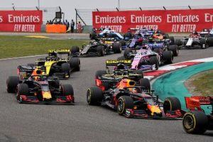 Sebastian Vettel, Ferrari SF90, devance Max Verstappen, Red Bull Racing RB15, Pierre Gasly, Red Bull Racing RB15, Daniel Ricciardo, Renault F1 Team R.S.19, Nico Hulkenberg, Renault F1 Team R.S. 19, Sergio Perez, Racing Point RP19, et le reste du peloton au départ