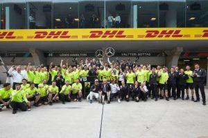 Valtteri Bottas, Mercedes AMG F1, deuxième, Dr Dieter Zetsche, PDG, Mercedes Benz, Lewis Hamilton, Mercedes AMG F1, vainqueur, avec toute l'équipe