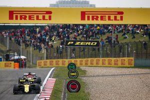 Nico Hulkenberg, Renault F1 Team R.S. 19, voor Kimi Raikkonen, Alfa Romeo Racing C38
