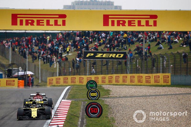 Nico Hulkenberg, Renault F1 Team R.S. 19, devance Kimi Raikkonen, Alfa Romeo Racing C38