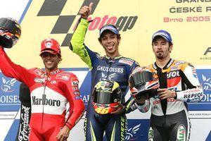 Podio: il vincitore della gara Valentino Rossi, Yamaha, il secondo classificato Loris Capirossi, Ducati, il terzo classificato Max Biaggi, Honda