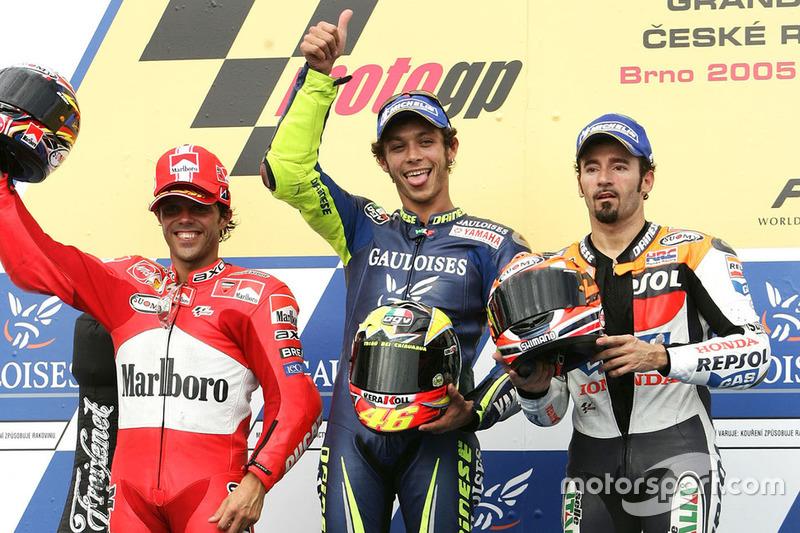Podio: 1º Valentino Rossi, Yamaha, 2º Loris Capirossi, Ducati, 3º Max Biaggi, Honda