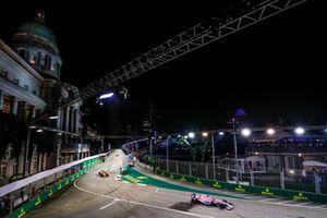 Sergio Perez, Racing Point Force India VJM11, voor Stoffel Vandoorne, McLaren MCL33